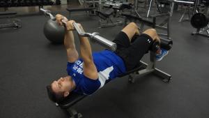 ejercicio de tríceps en barra banco declinado